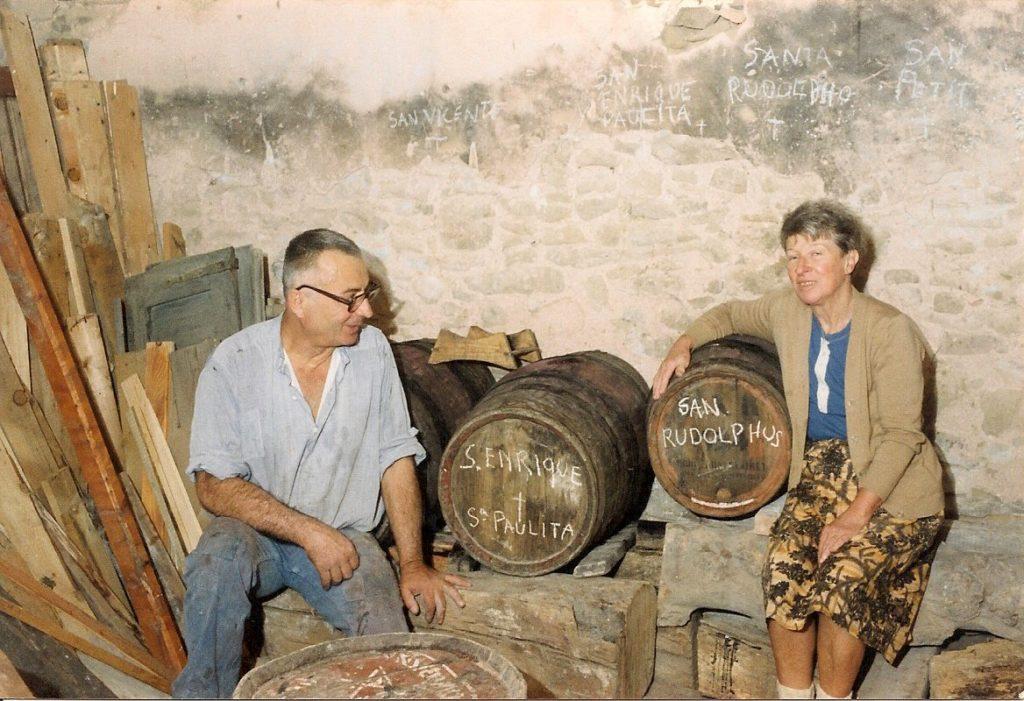 Henri Lenaerts y Paulette Garin con barricas de vino en la casa, una casa con encanto en Irurre