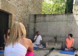 Seminario de yoga en el jardín de la casa museo