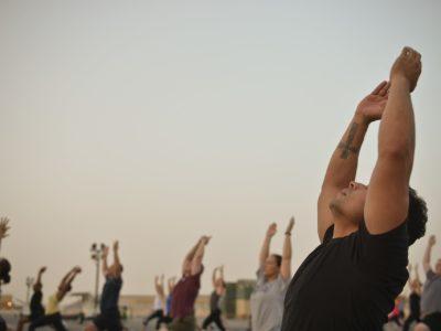 Personas Practicando Yoga Y Meditación