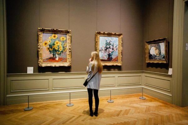 Niña Observando Exposición De Arte