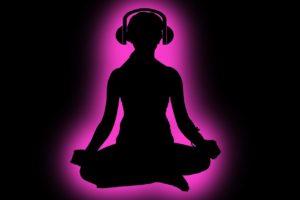 Meditación con auriculares, siguiendo una meditación guiada por audio
